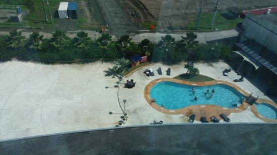 Sand Diamond Hotel : La piscina llena de limo, muy diferente a lo que aparece en Internet.