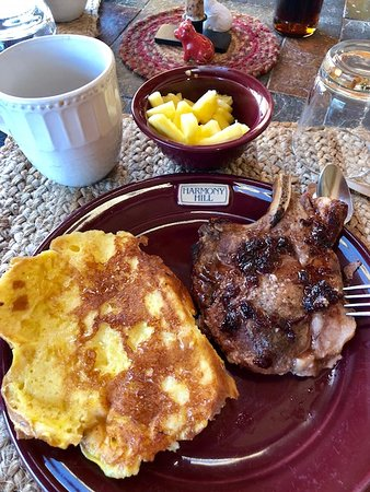 Harmony Hill Bed and Breakfast: Our first breakfast on our first morning - lemon french toast & porkchops made by Wendie!