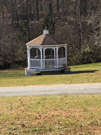 Harmony Hill Bed and Breakfast: Gazebo part of their property