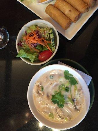 Tom yum soup salad spring rolls billede af yuqi 39 s for 22 thai cuisine new york ny