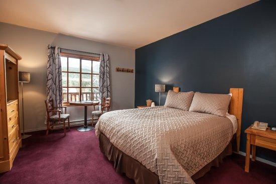 Glacier House Resort : Single Queen Lodge Room  (non-pet friendly)