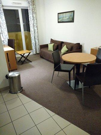 Salle manger salon appart 39 hotel odalys bioparc lyon for Appart hotel salon