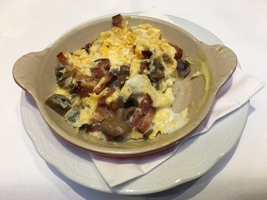 Pand Hotel Small Luxury Hotel: Scrambled eggs with bacon and mushrooms