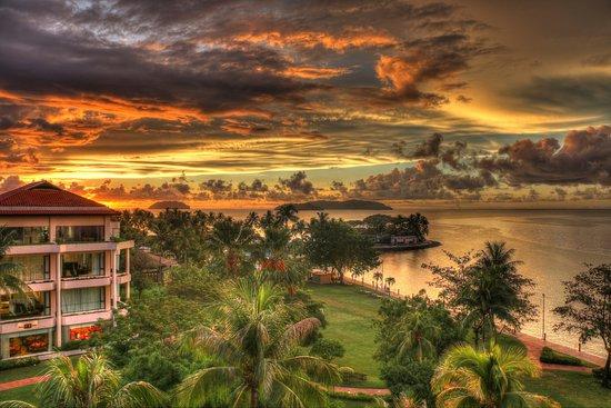 Shangri-La's Tanjung Aru Resort & Spa: Shangri-La Tangun Aru - grounds and sunset view from room