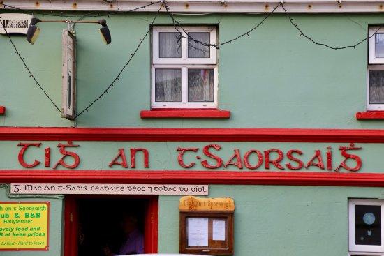 Ballyferriter, Ireland: Front of Pub