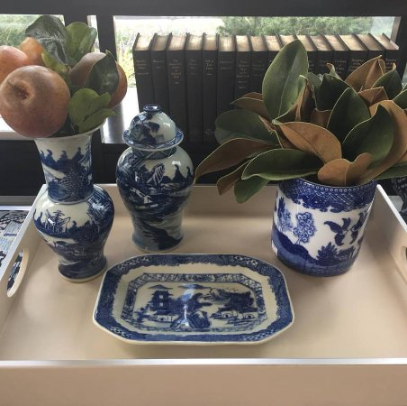 Wayne, Pennsylvanie : Blue and white is always in style at Interiors for the Home.