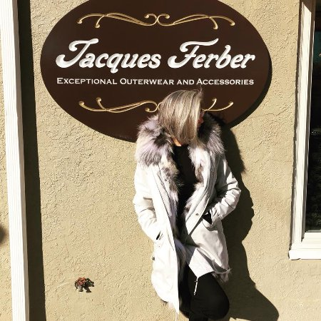 Wayne, Pennsylvanie : Warm up in style with this beautiful ivory parka from Jacques Ferber.