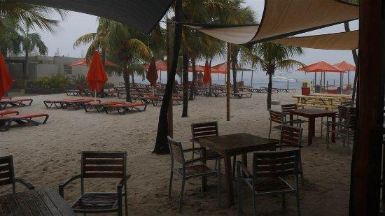 Eden Beach Resort: Strand vanaf de bar gezien (schuilend voor een tropische bui)