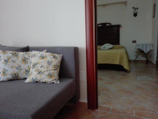 Appartamento con camera da letto, bagno, soggiorno salotto e angolo ...