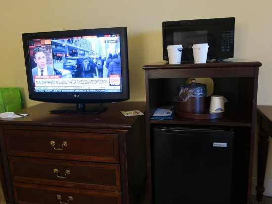 Hampton Inn & Suites Savannah Historic District: There is a nice TV. mini fridge and microwave.