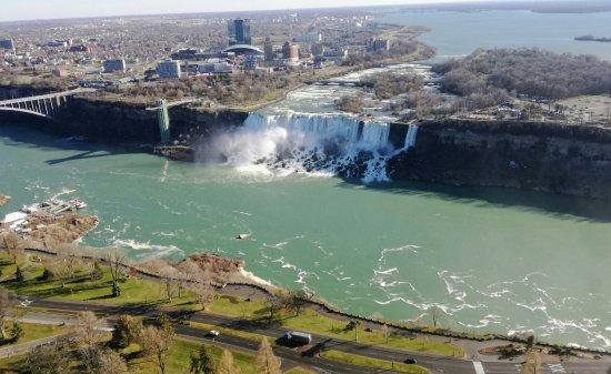 Hilton Niagara Falls/Fallsview Hotel & Suites: Falls van af de Canada kant.
