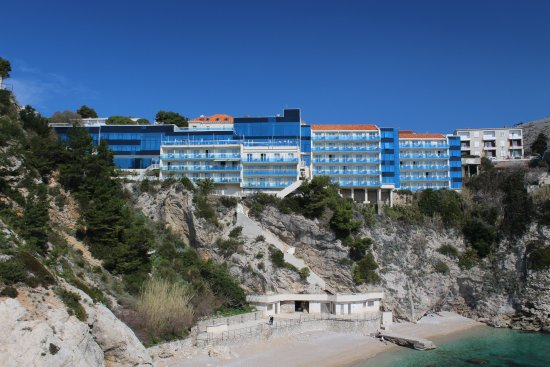 Hotel Bellevue Dubrovnik: View of the Hotel from the far side of the beach