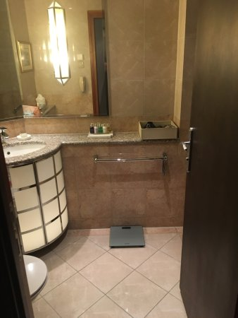 Radisson Blu Alcron Hotel, Prague: Spacious bathrooms.