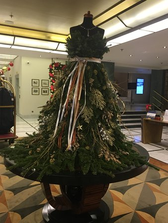 Radisson Blu Alcron Hotel, Prague: Tastfully decoated lobby for the holidays.