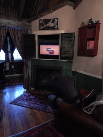 Plymouth, Nueva Hampshire: TV over fireplace