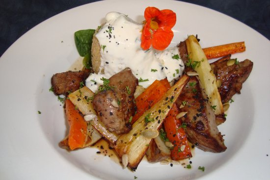 Pohara, Nueva Zelanda: New Zealand Lamb Fillet with roasted seasonal vegetables, quinoa drizzled with tzatziki and jus.