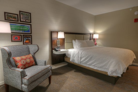 Hampton Inn Gatlinburg Historic Nature Trail: Soft Chair, King Bed, Room  With Balcony