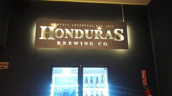 Honduras Brewing Company: Letrero interior y refrigeradora con muestras