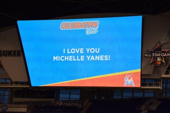 Marlins Park: Enorme pantalla de kiss cam