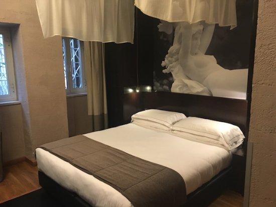 Dharma Hotel & Luxury Suites: Beautiful bed