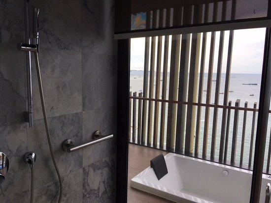 Hilton Pattaya: Shower has sliding glass, opens to balcony