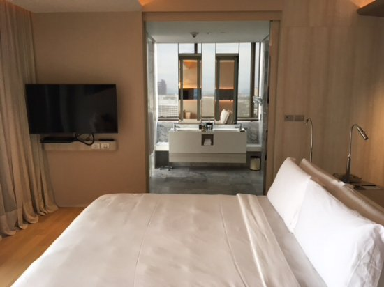 Hilton Pattaya: King size bed and main part of hotel room as well as bathroom access