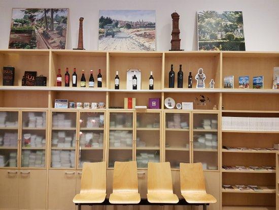 Oficina de Turismo de Alfaro: Expositor de productos de la Oficina de Turismo da Alfaro.