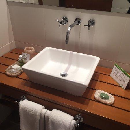 Mine Hotel Boutique: Clean bathroom