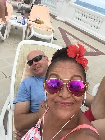 Hotel Riu Palace Las Americas: Relaxing by the pool!!