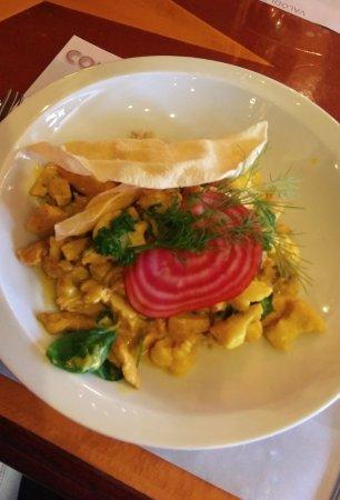 Bombay csirke currys zöldséges barnarizzsel chilis papadam lepényel