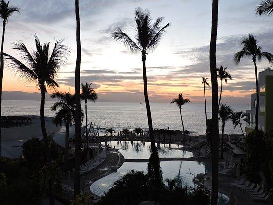 Hilton Puerto Vallarta Resort: A boring sunset.