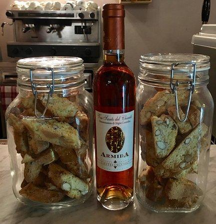 Capannoli, Italia: Cantuccini fatti in casa e Vin santo Armida