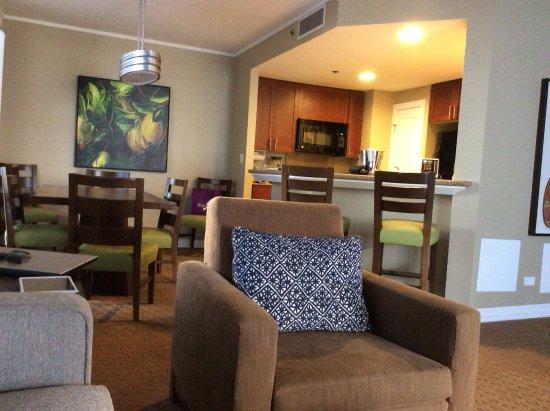Hilton Hawaiian Village Waikiki Beach Resort: From living into dining area