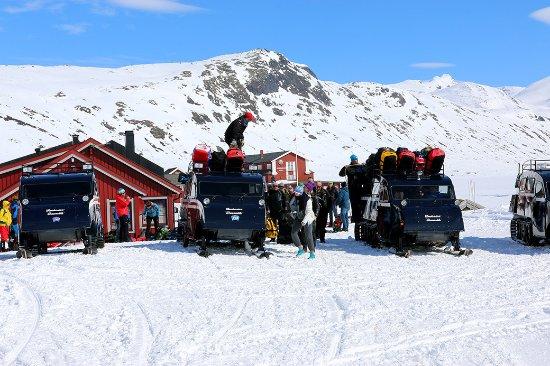 Jotunheimen, Norge: Opplasting av beltebiler påsken 2015.
