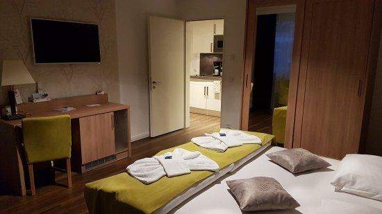Schlafzimmer mit Wasserbett - Bild von Hotel Warnow, Rostock ...