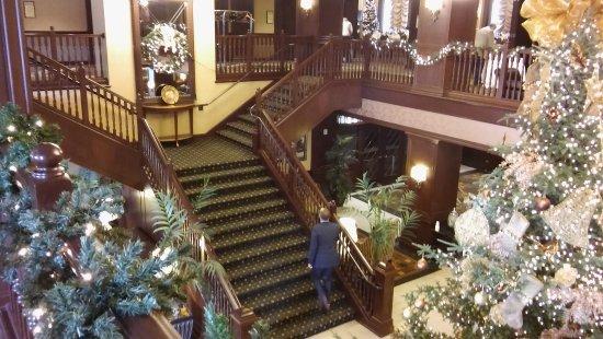 Hotel Julien Dubuque: Second level stairway.
