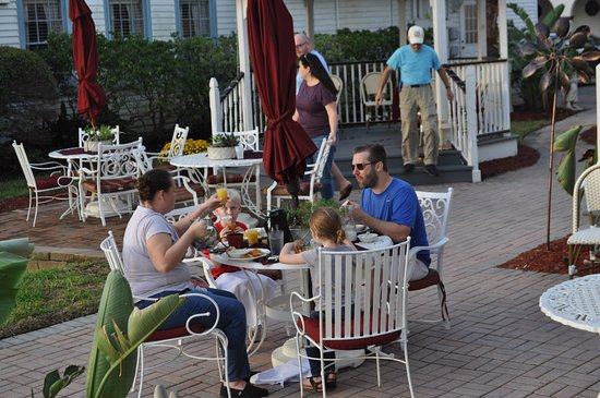 Bayfront Marin House Historic Inn: Breakfast with some of our fellow guests.