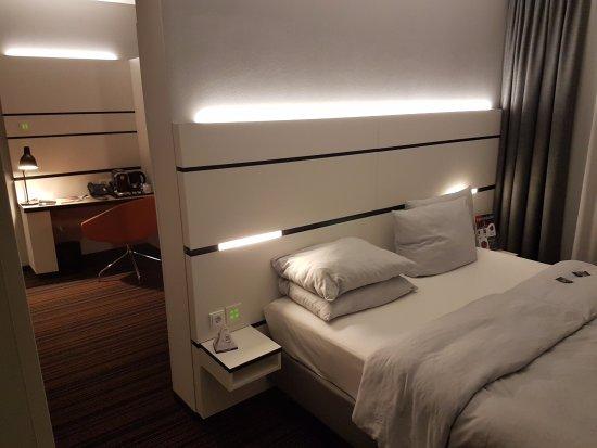 Schlafzimmer Hamburg schlafzimmer mit blick in das wohnzimmer picture of hyperion hotel