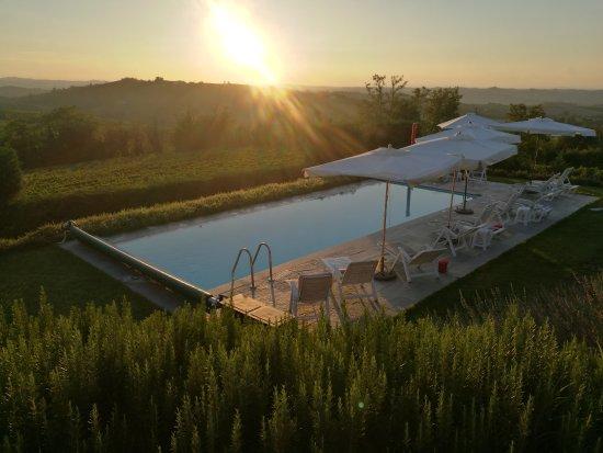 Fontanile, Itália: Piscine au coucher du soleil