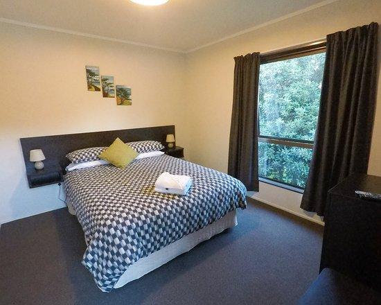 Ahipara, Nova Zelândia: Private double ensuite room with tea and coffee facilities and mini-fridge