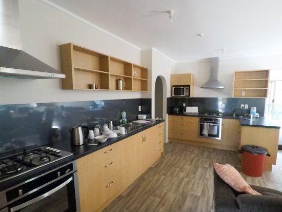 Ahipara, Nova Zelândia: Backpacker lodge kitchen