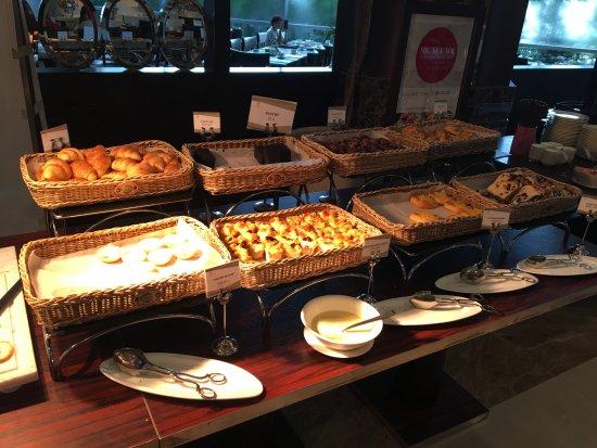 Buffet Breakfast תמונה של the Berkeley Hotel Pratunam