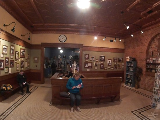 Tunnels of Moose Jaw : Waiting in the lobby for our tour to start