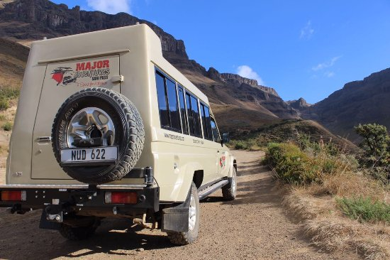 Underberg, Sydafrika: 10 Seater 4 x 4 vehicle headed up the Sani Pass