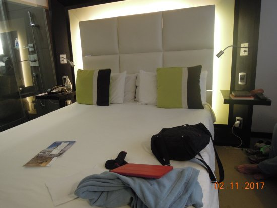 Novotel Buenos Aires: View of bed - bathroom on the left