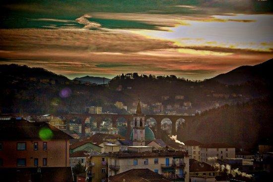 """Campomorone, إيطاليا: Panorama di Campomorone e dei """"Ponti Nuovi"""" al mattino"""