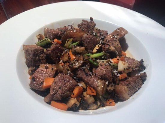 Chilches, Spain: wok de vaca vieja sriracha, soja y sésamo negro.