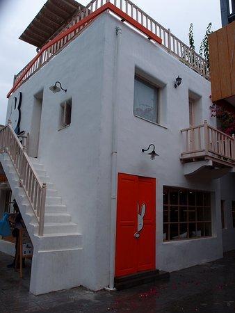 Santorini Park: 商店和餐廳都是在白色小屋裡