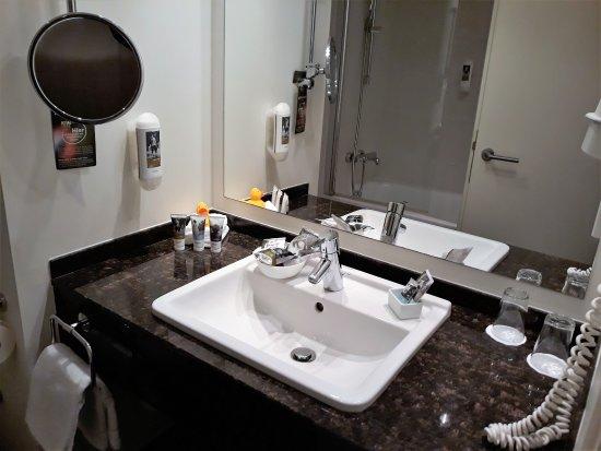 salle de bains avec multiples accessoires - Bild von Mercure ...