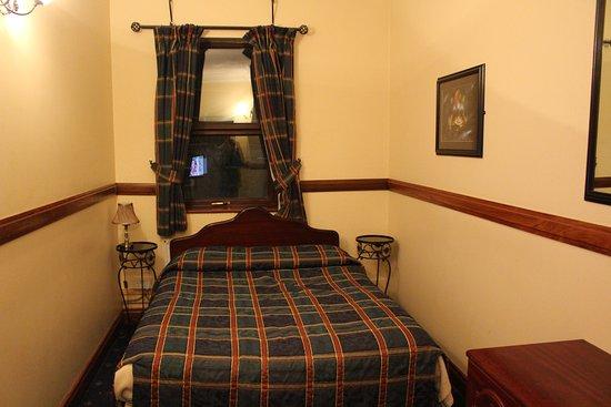 Ennis, Ireland: シングルルーム。1人で泊まるには十分の広さ